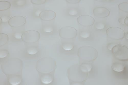 Recipiente De Plástico Redondo Blanco Sobre Superficie Blanca