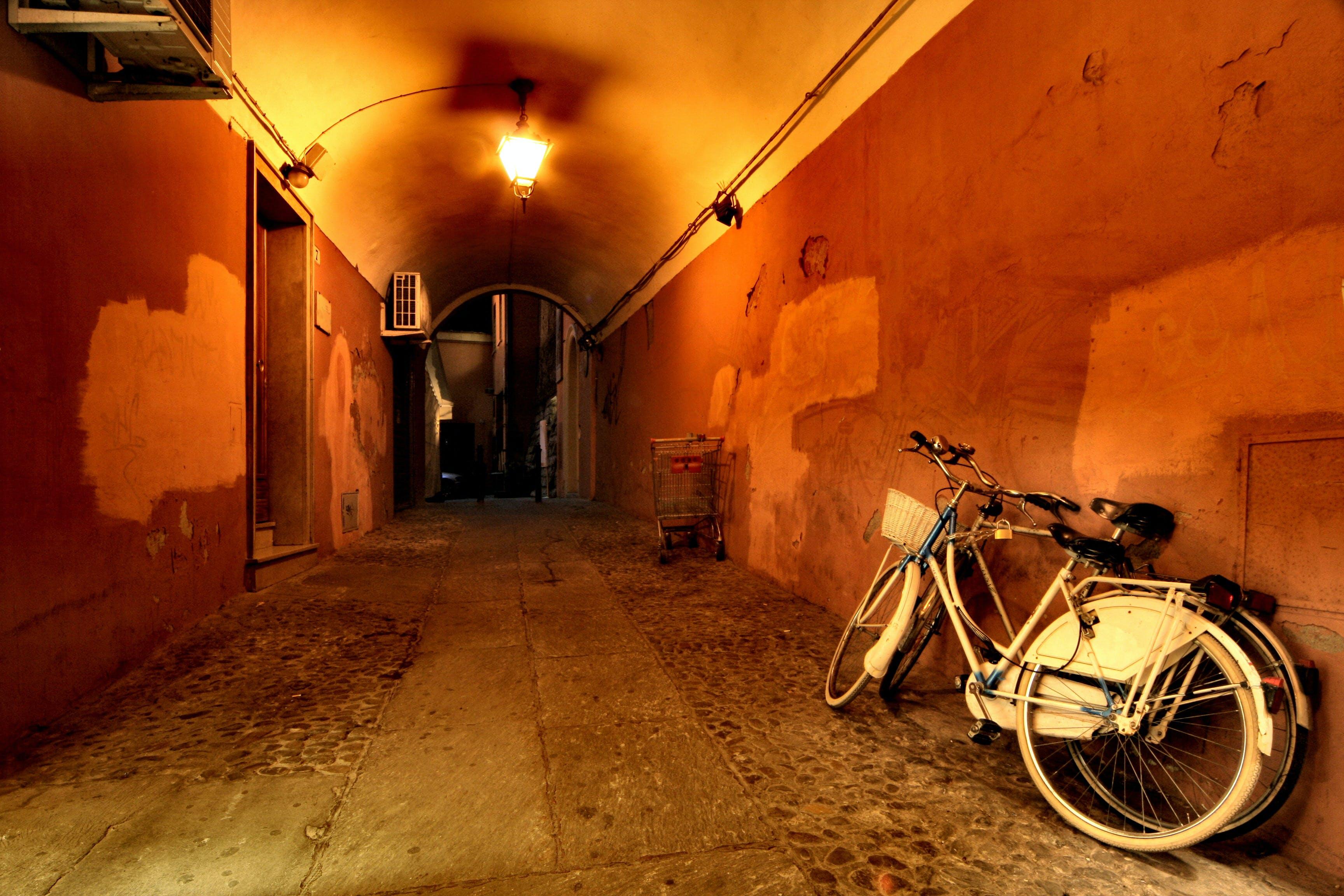 Kostenloses Stock Foto zu architektur, bologna, fahrräder, flur