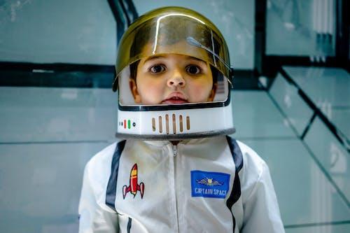 Kostenloses Stock Foto zu astronaut, autorennen, drinnen