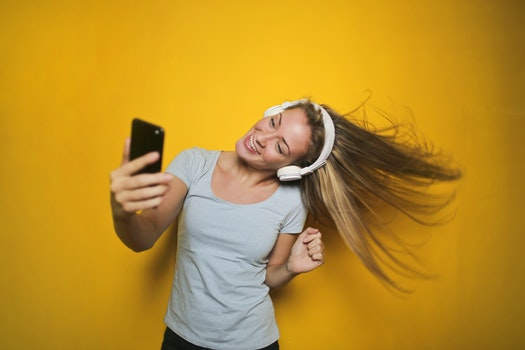 Kostenloses Stock Foto zu fashion, person, frau, smartphone