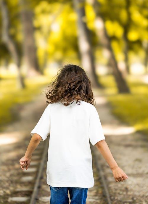 Foto profissional grátis de amor, andar, ao ar livre