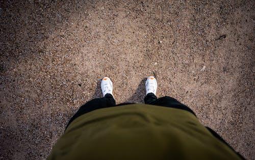 Foto profissional grátis de andar, areia, calçado