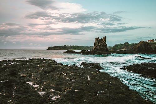 Δωρεάν στοκ φωτογραφιών με βουνό, βράχια, γνέφω, θάλασσα