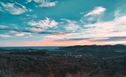 açık hava, ağaçlar, bulutlar, dağlar içeren Ücretsiz stok fotoğraf