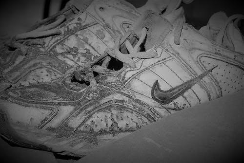 Gratis lagerfoto af gamle sko sort hvid slidte nike running shoes