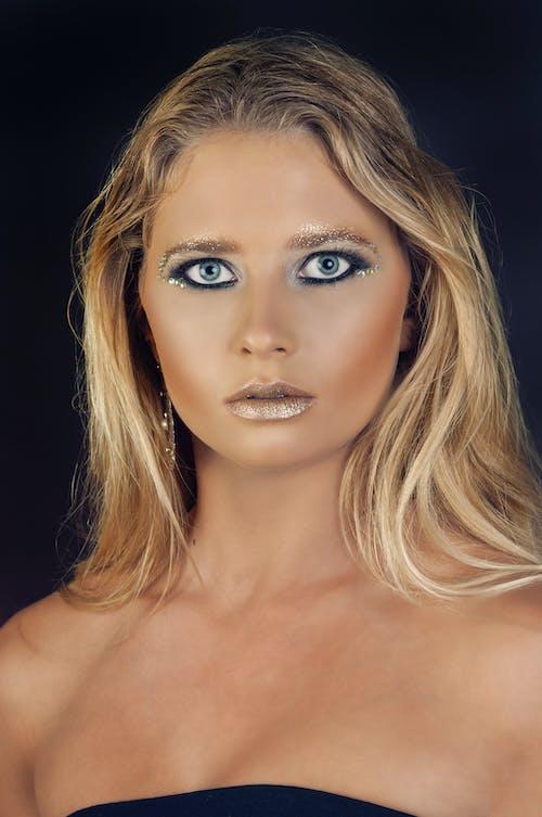 Fotobanka sbezplatnými fotkami na tému blond vlasy, divoký, mejkap