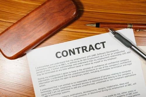 Umowa Na Brązową Drewnianą Powierzchnię
