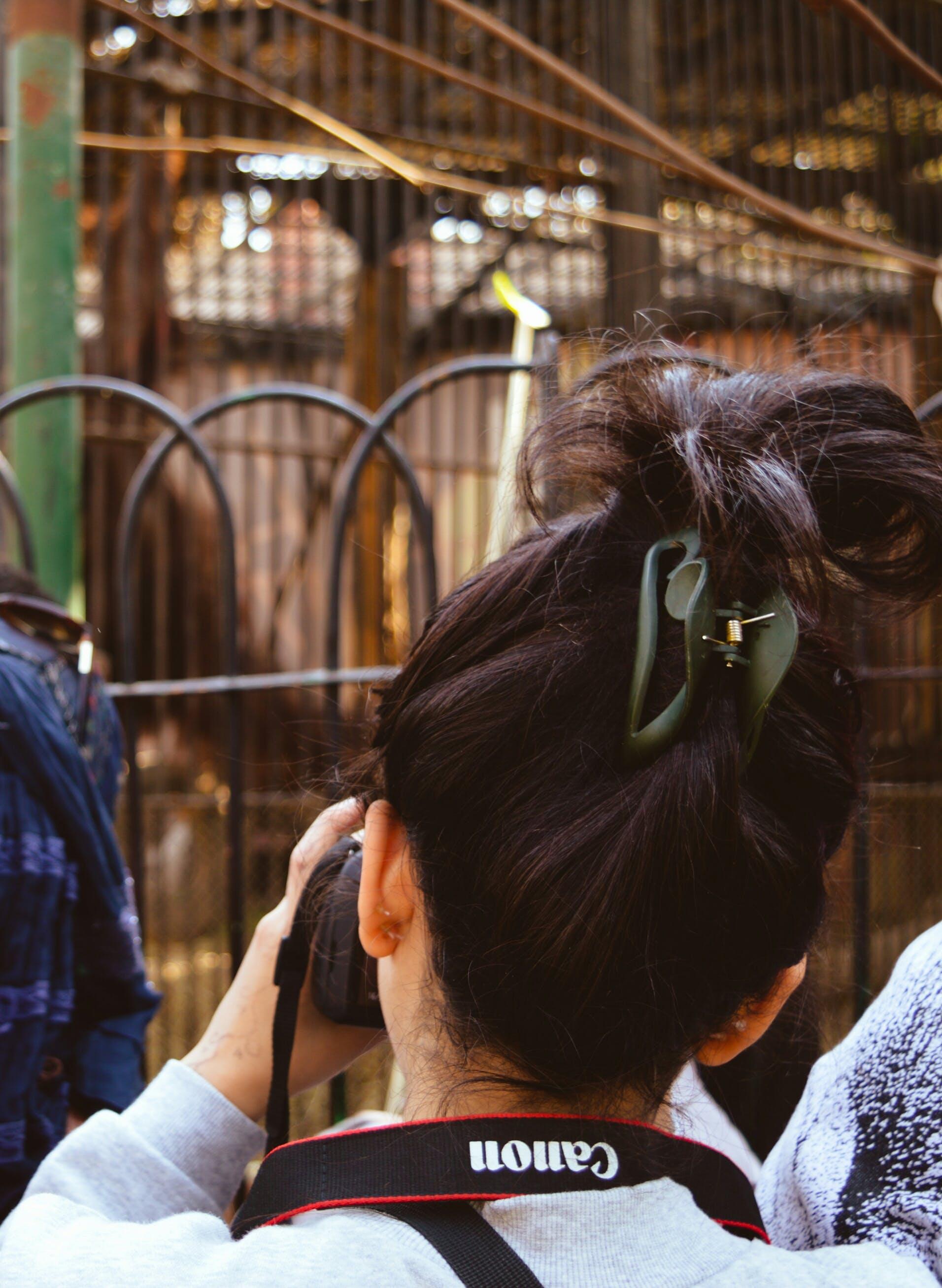 Foto profissional grátis de apreender, borrão, cabelo, câmera