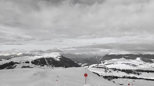 Darmowe zdjęcie z galerii z alpen, czerwony, jeździć na nartach, śnieg