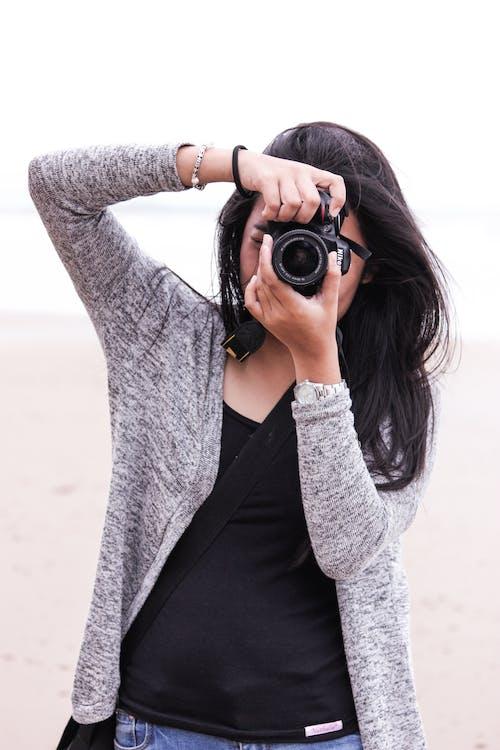 Základová fotografie zdarma na téma atraktivní, dívání, dospělý, fotoaparát