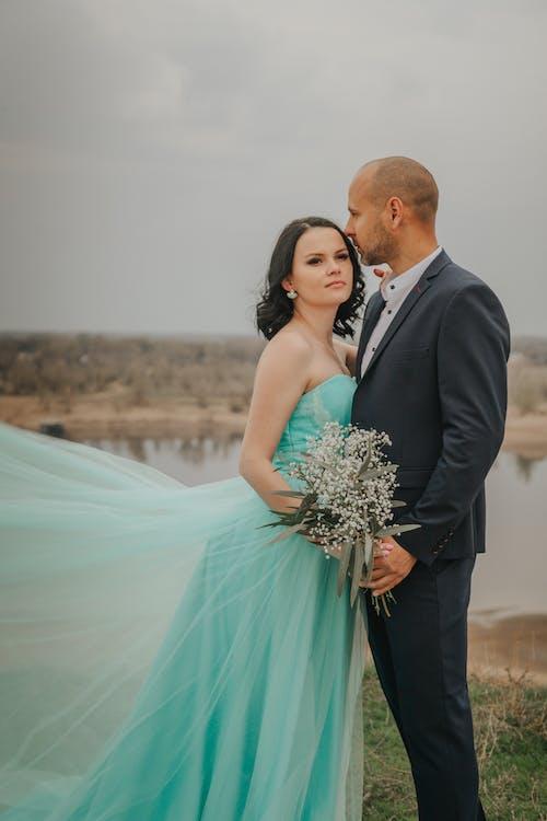 Kostenloses Stock Foto zu braut, bräutigam, draußen