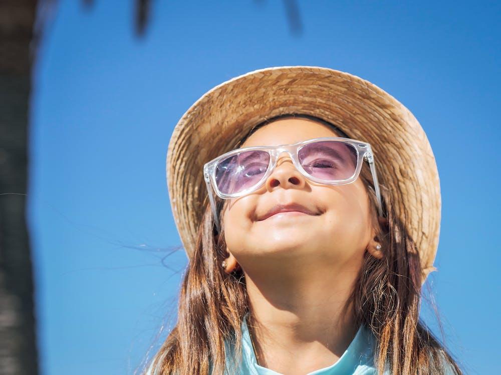 Gratis stockfoto met aanbiddelijk, glimlachen, hoed