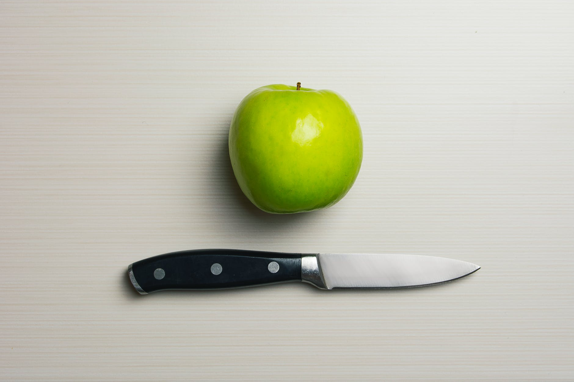 Knife and green apple