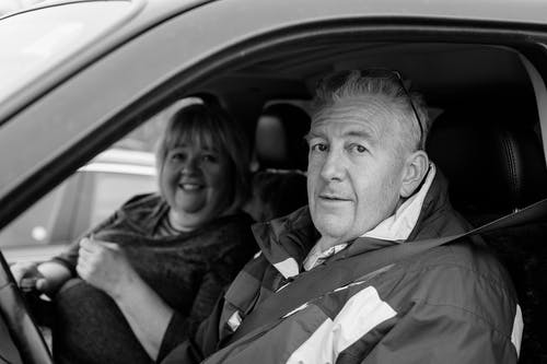 Gratis arkivbilde med ansiktsuttrykk, besteforeldre, bil