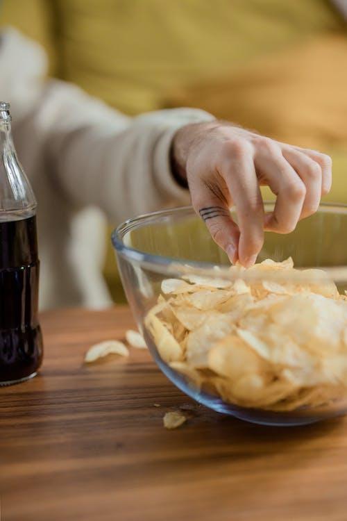 Kostenloses Stock Foto zu essen, hand, kartoffelchips