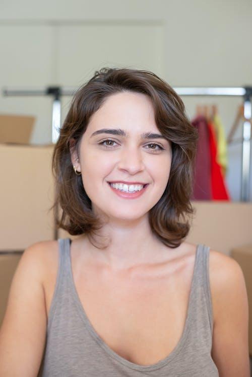 Mujer, En, Gris, Camiseta Sin Mangas, Sonriente
