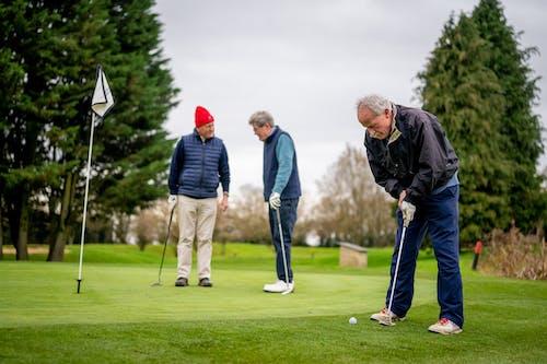 Gratis stockfoto met bejaarden, gepensioneerden, golf