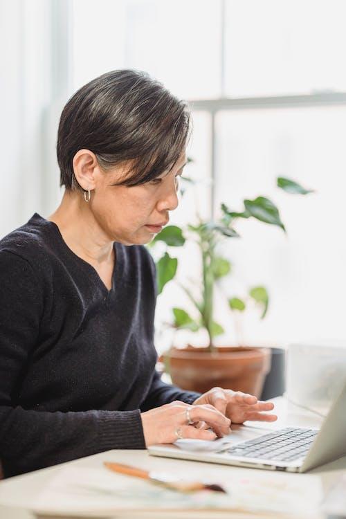 Vrouw Die Op Internet Surft Met Behulp Van Een Laptop
