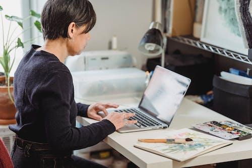 Gratis lagerfoto af arbejde hjemmefra, bærbar computer, browsing