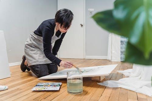 Женщина рисует произведение искусства