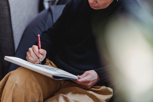 Mulher Desenhando Uma Obra De Arte Em Um Bloco De Desenho