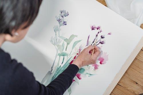 Человек, рисующий произведение искусства