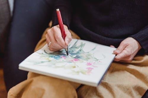 Pessoa Desenhando Uma Obra De Arte