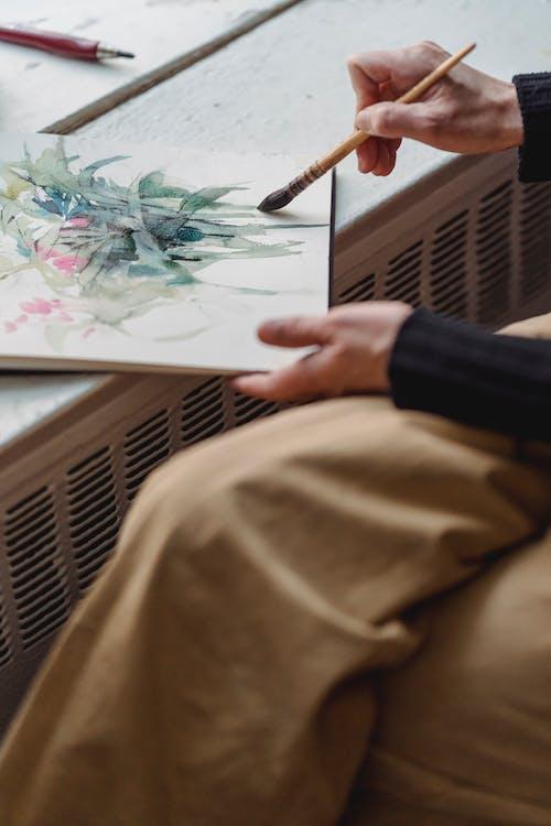 Pessoa Que Pinta Uma Obra De Arte