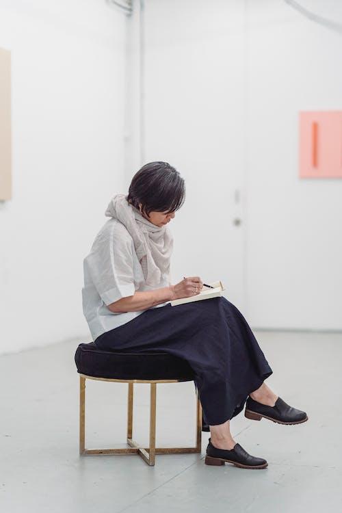 Bir Sanat Eseri çizim Sandalyede Oturan Kadın