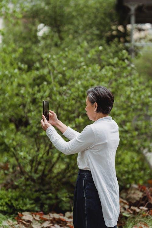 Gratis arkivbilde med knipse, kvinne, mobiltelefon