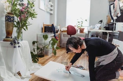 Бесплатное стоковое фото с артист, женщина, живопись