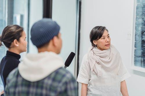 Eine Frau Wird Interviewt