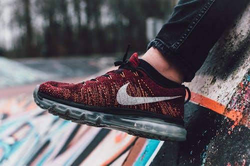 Foto d'estoc gratuïta de calçat, calçat esportiu, concentrar-se, cordó de sabates