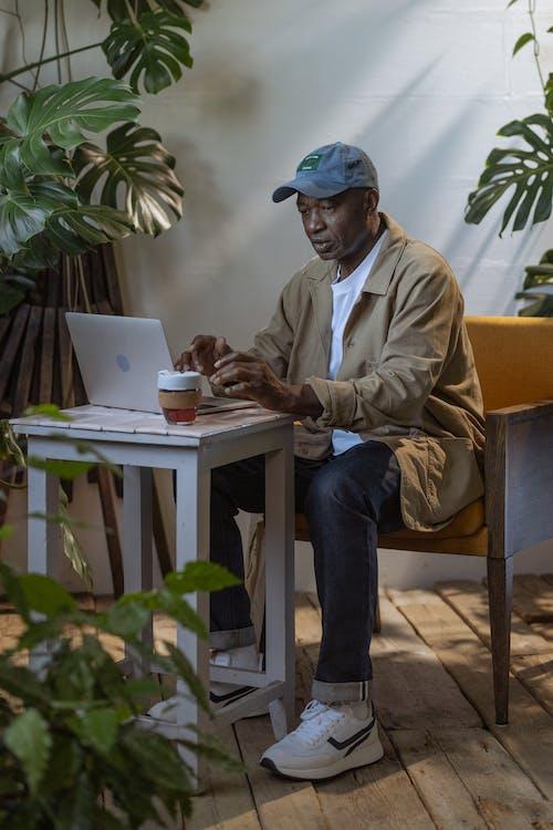 Fotos de stock gratuitas de adentro, adulto mayor, afroamericano