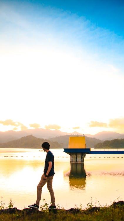 Бесплатное стоковое фото с багровое небо, вода, гора