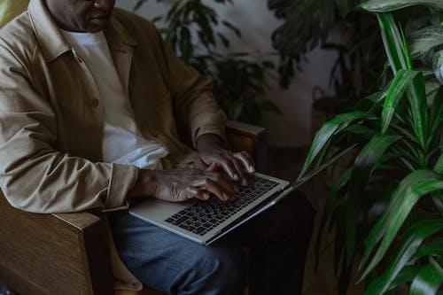 Kostenloses Stock Foto zu afroamerikaner, bildschirm, digitaler nomade