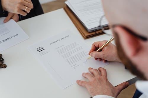 Бесплатное стоковое фото с держать, документы, писание от руки