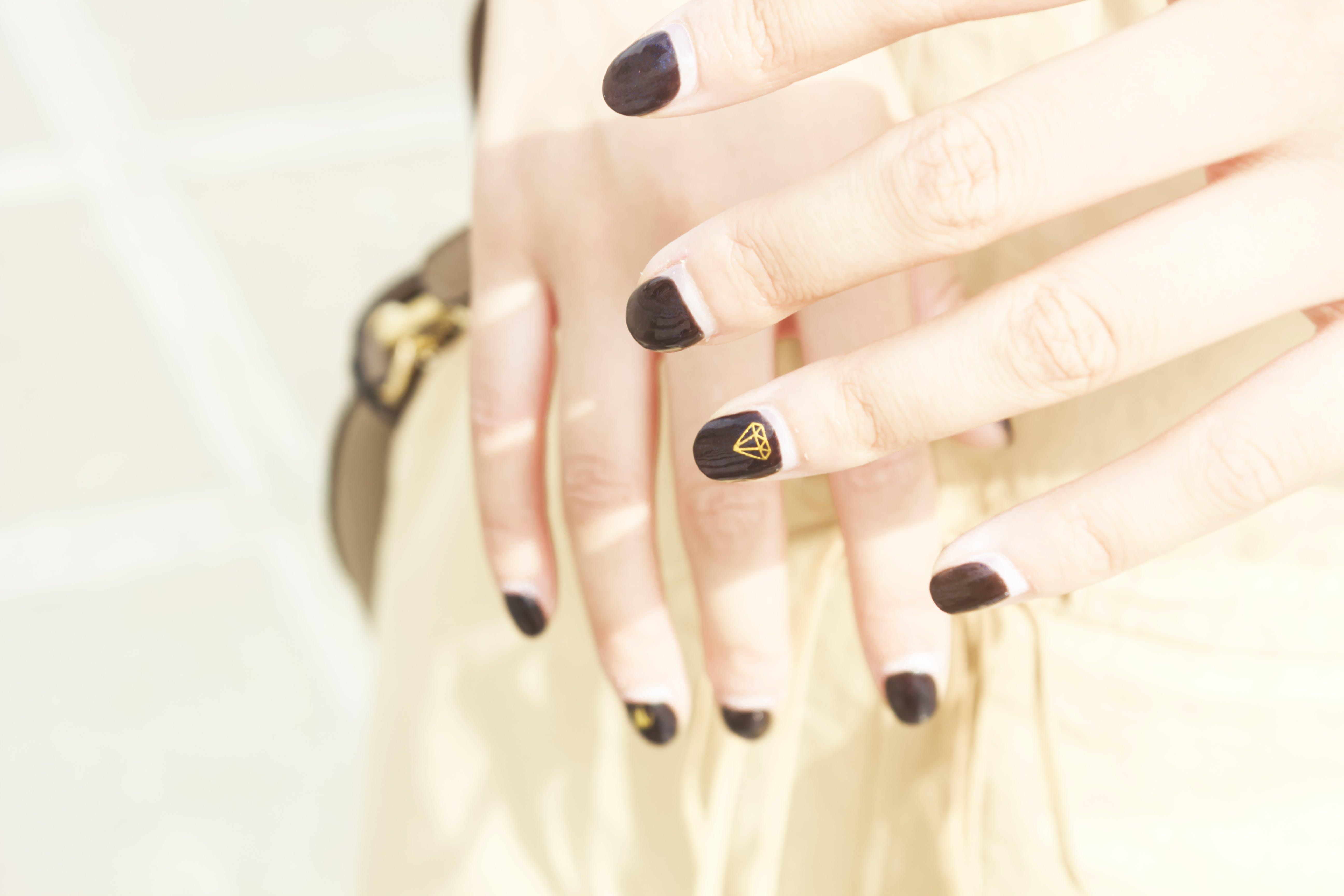Darmowe zdjęcie z galerii z gwoździe, jasny, kobiece paznokcie, palce