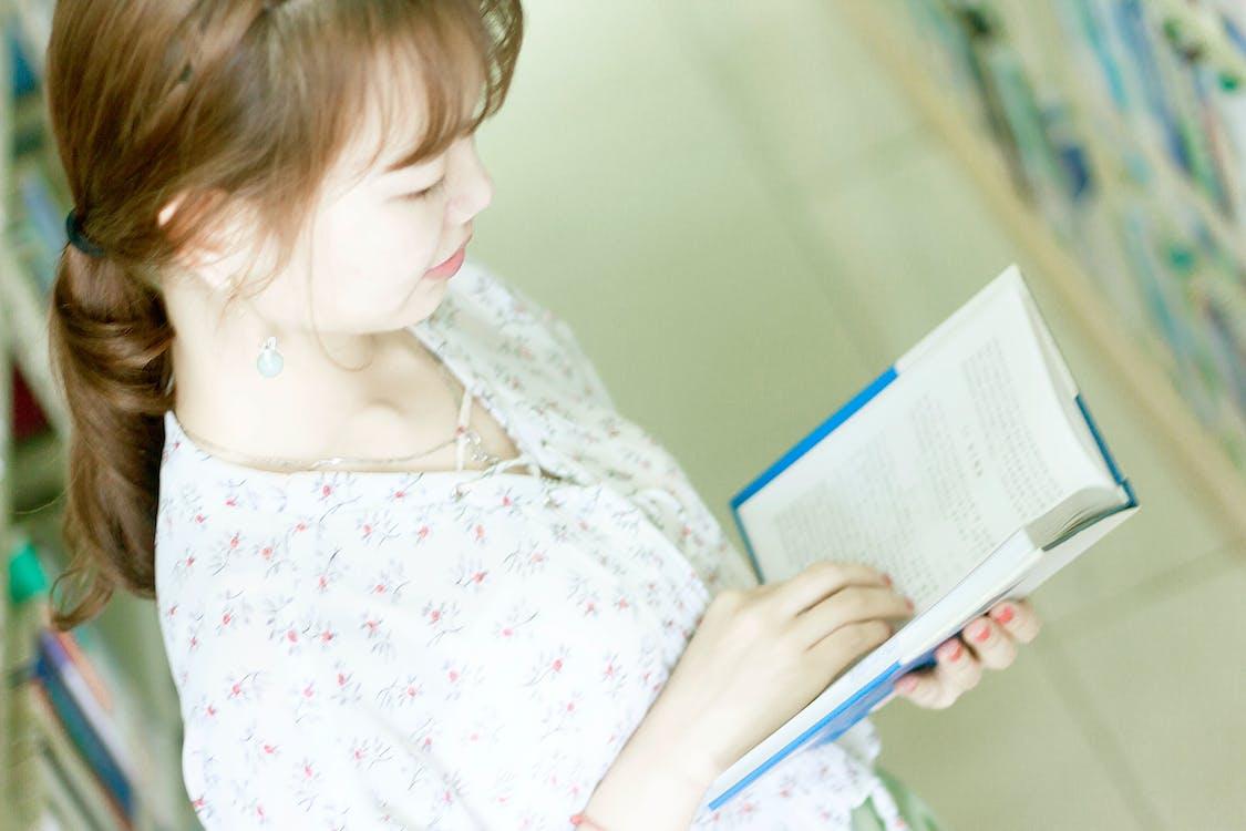 kirjahylly, lukeminen, tyttö