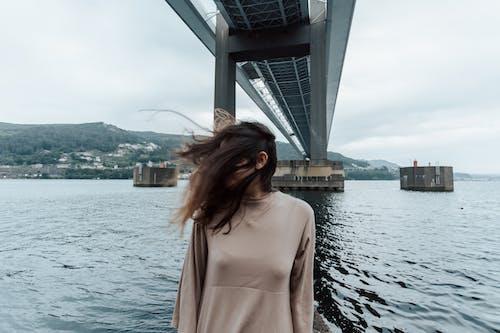Gratis lagerfoto af båd, bro, by