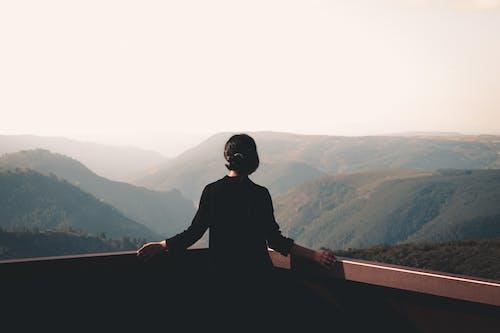 Gratis lagerfoto af bagbelyst, bjerg, dis