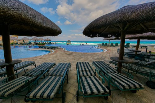 Immagine gratuita di acqua, bordo piscina, capanna, cielo