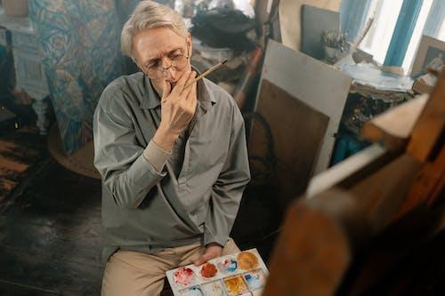 Kostenloses Stock Foto zu älterer erwachsener, drinnen, eine person