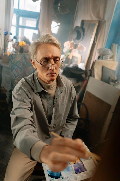 Kostenloses Stock Foto zu älterer erwachsener, bis hin zu einer wissenschaft, brille