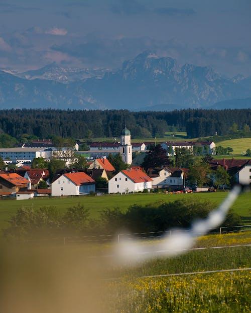 alan, dağlar, kilise içeren Ücretsiz stok fotoğraf