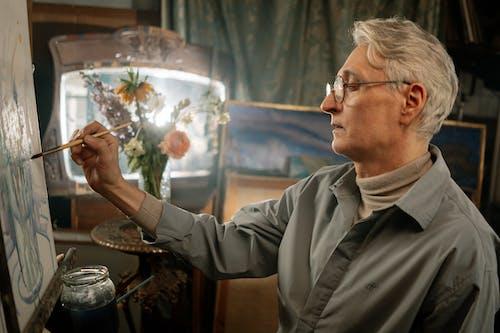 Kostenloses Stock Foto zu älterer erwachsener, ausstellung, brille