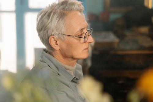 Kostenloses Stock Foto zu älterer erwachsener, autor, brille
