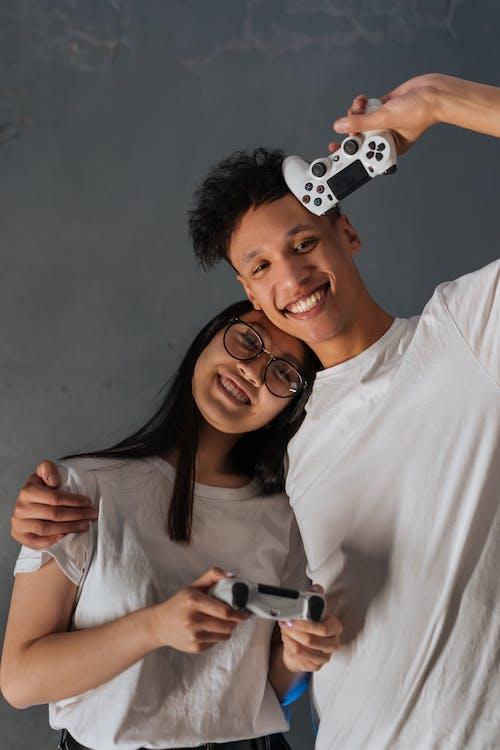 Immagine gratuita di amici, controller di gioco, donna