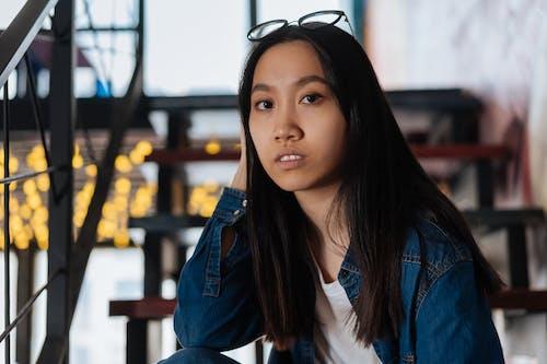 Бесплатное стоковое фото с азиатка, брюнетка, джинсовая куртка