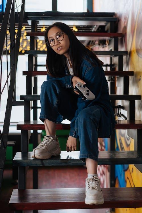 게임 컨트롤러, 계단, 아시아 여성의 무료 스톡 사진